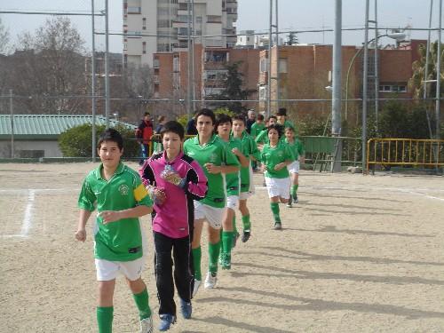 El equipo capitaneado por Pozo saliendo al terreno de juego para disputar su partido