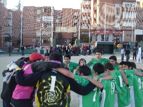 Todo el equipo abrazado en el centro del campo, festejando el resultado