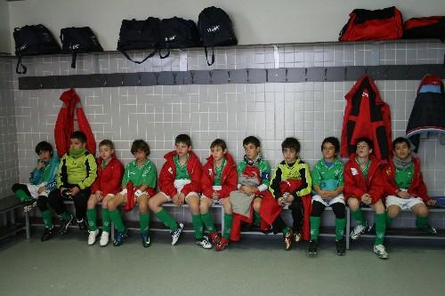 El equipo atendiendo muy concentrado atendiendo las indicaciones de Manuel