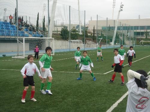 El equipo replegado y defendiendo un saque de banda del rival.