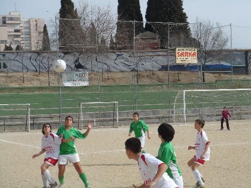 Diego Ramirez luchando con un contrario por un balón elevado