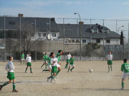 El equipo disputando un balon que quedo suelto