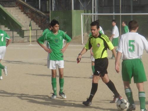 El arbitro contando los paso para situar la barrera