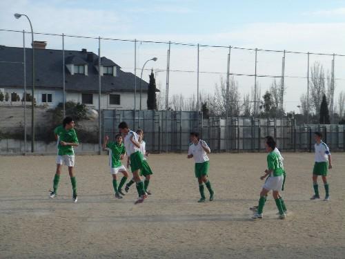El equipo disputando un balón por alto