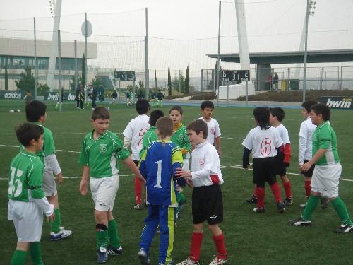 Al finalizar el partido ambos equipos se dan la mano en el centro del campo