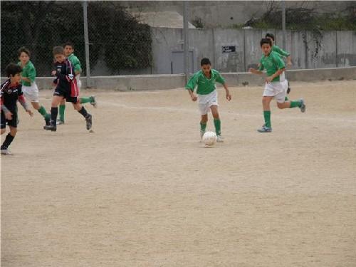 Hamza Tazi, conduciendo un balón en el centro del campo