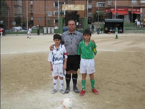 Los capitanes de ambos equipos junto al arbitro del partido