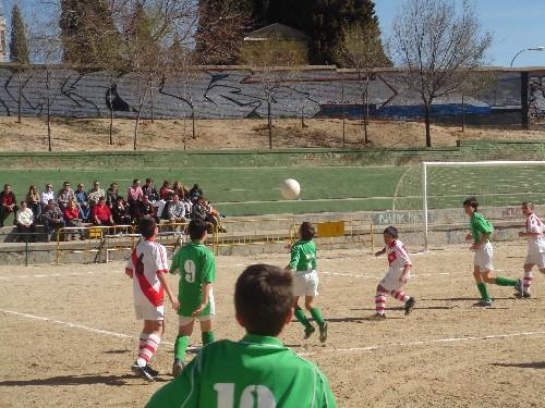 Raúl Ortega controlando un balón no sin dificultad dentro del área contraria.