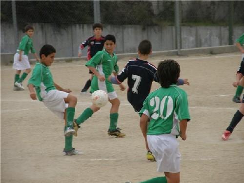 Luis tocando el balón en en centro del campo ante la atenta mirada de Jorge Ramos