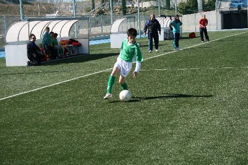 Sergio Bustos conduciendo un balón por la banda derecha del ataque