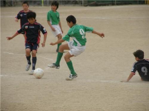 Luis realizando un control en el centro del campo