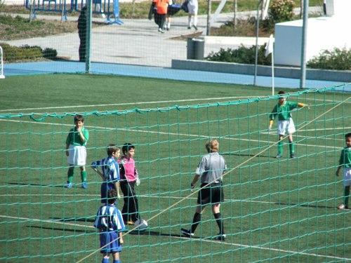 Los capitanes haciendo el sorteo de campos junto al arbitro del partido