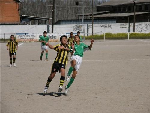 Hamza Tazi disputando un balón elevado con un jugador rival