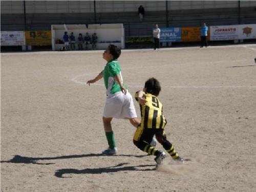 Alberto anticipandose y despejando al jugador del C.D.Barajas
