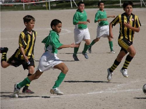 Hamza Tazi luchando un balón ante la atenta mirada de Diego y Luis