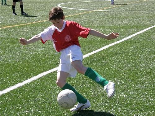 Mario Fernandez controlando un balón en la banda Izquierda