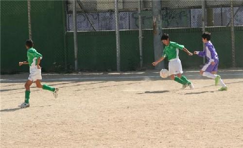 Nacho por la banda derecha controlando un balón