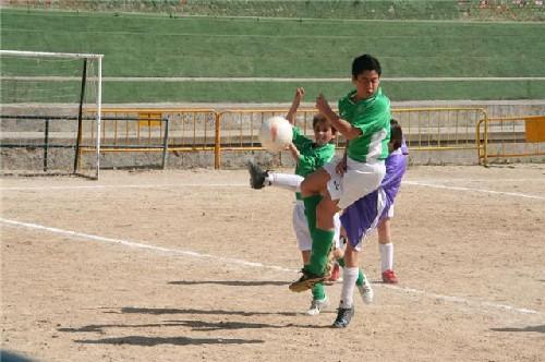 Jorge Ramos y Serghiño en la disputa de un balón