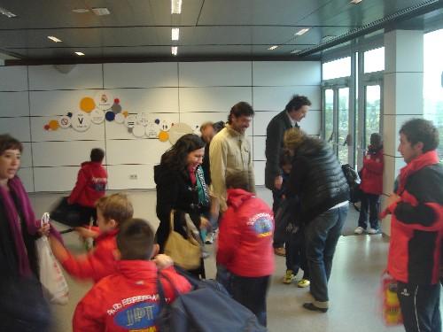 Los padres reciben a sus hijos en la sala de espera como heroes