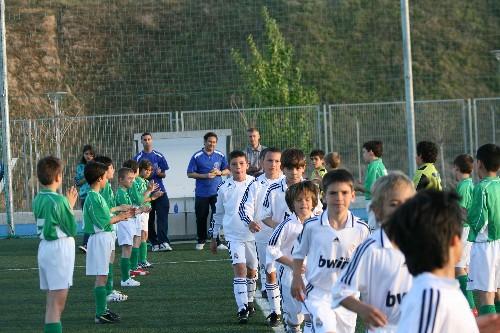 Pasillo de nuestro equipo homejaneando al Campeón de Liga, el R.Madrid