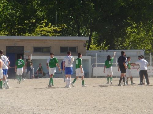 Final del partido, empate a 2-2 y los dos deportivamente se dan la mano.