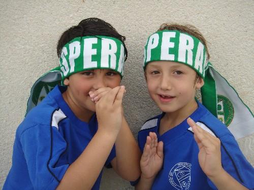 Nicolas y Alex con las bufandas del Esperanza puestas.