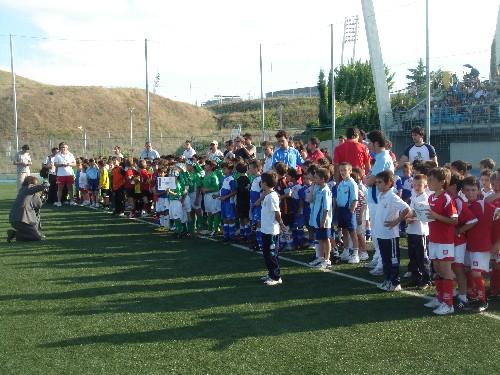 Todos los equipos alineados para recibir sus regalos en Valdebebas.