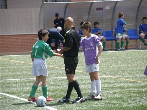 Los capitanes de ambos equipos sorteando el campo