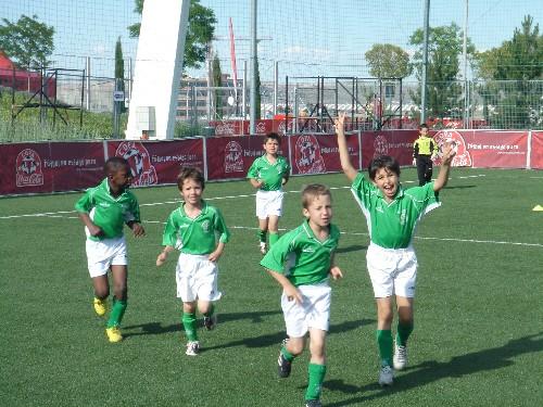 El equipo saliendo al campo muy concentrado para disputar su partido.