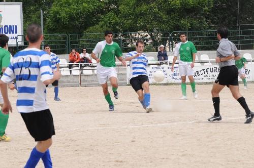 Santamarina presionando aun jugador del equipo rival en el centro del campo.