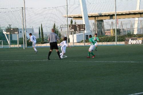 Alex e Iker pasandose el balón ante la atenta mirada de los contrarios