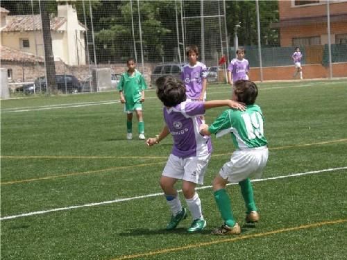 Mario Fernández luchando por un balón elevado.