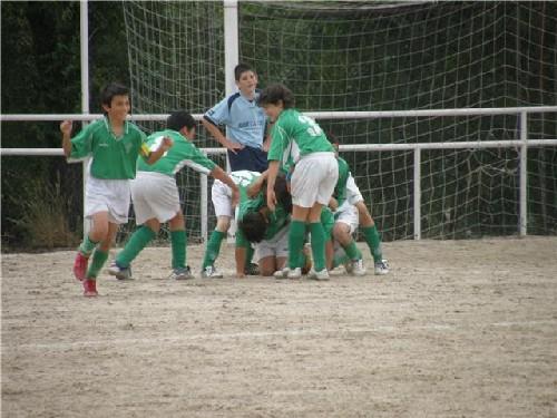 Todos los jugadores celebrando el primer gol marcado por Jaime