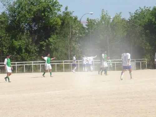 Celebración de todo el equipo visitante del primer gol del partido.