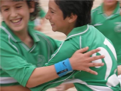 Todos abrazando a Nacho en el gol que nos dio la victoria en el partido