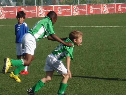 Alejandro abrazado por Sekou al meter el segundo gol.