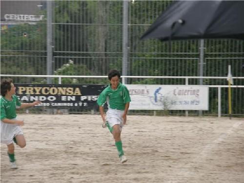 Nacho corriendo trás marcar el gol de la víctoria