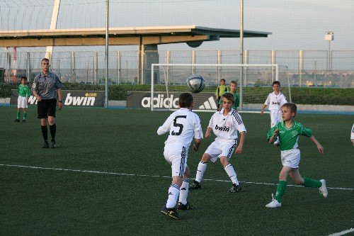 Balón dividido que disputan los dos equipos