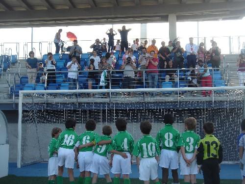 Todos abrazados felicitando a los padres al final del partido.