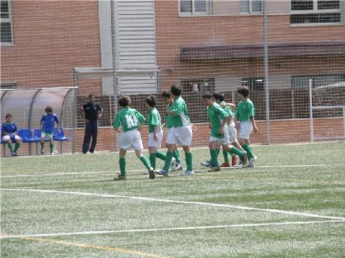 Todo el equipo celebrando el gol de Jorge Serrano.