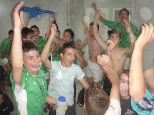 Todo el equipo Cadete celebrando la victoria en los vestuarios