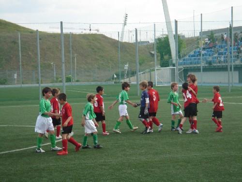 Los dos equipos se dan la mano deportivamente al final del partido