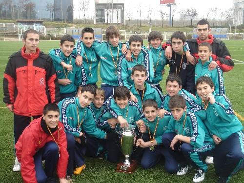 Foto con la copa conseguida en el torneo de Navidad del Distrito de Hortaleza
