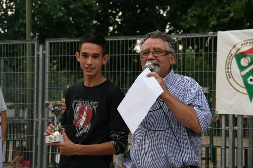 """Luis Alberto del Infantil """"A"""" recogiendo su trofeo de Máximo goleador."""