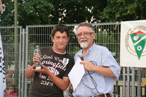 """José Ponce del Infantil """"A"""" recogiendo su trofeo Zamora."""