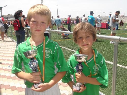 Hernan y Timothe con sus medallas y la copa ganada en el Torneo.