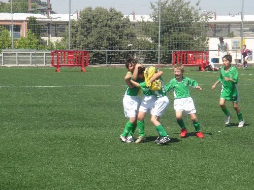 Los jugadores festejando uno de los goles del partido.