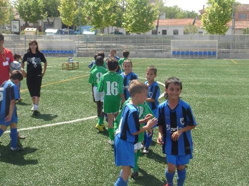 Saludando Deportivamente al equipo rival al finalizar el partido.