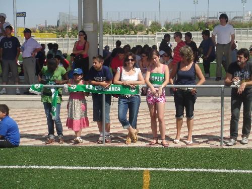 Parte de los aficionados que asistieron al partido con sus bufandas.
