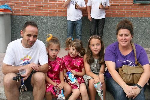 """Jesús entrenador del Aficionado """"B"""" con sus hijas y esposa."""